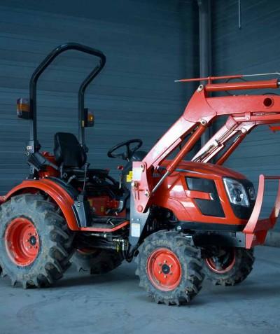 ADJ Espaces Verts - Entretien - Tracteur muni du godet de préparation de sol