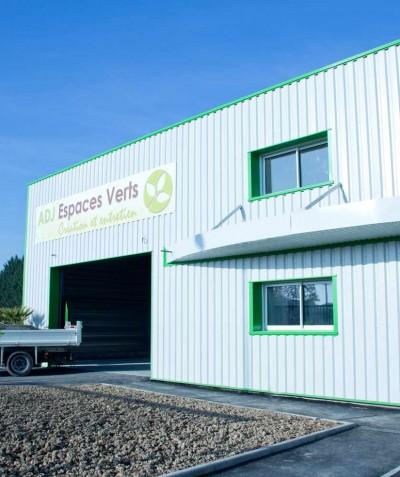 Paysagiste à Saint Mars de Coutais - ADJ Espaces Verts - Camion et bâtiment